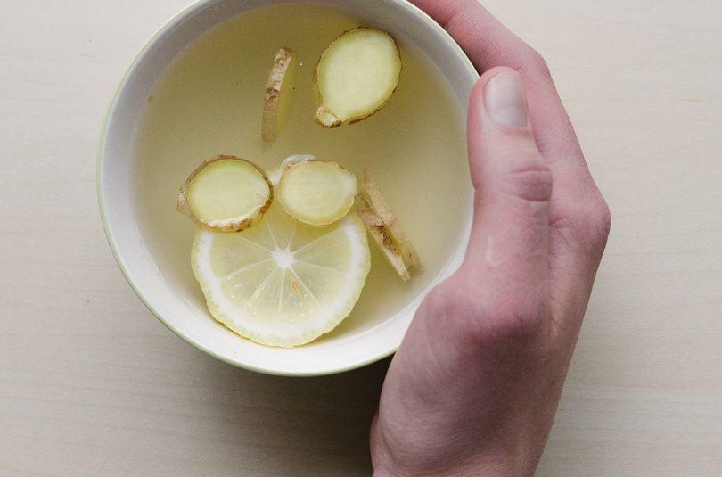 Waarom het drinken van citroen-gember water een goed idee is